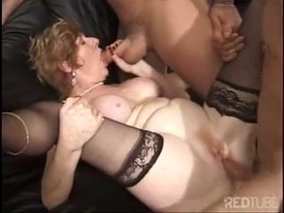 Порно видео с мамкой, которая трахается со всеми подряд и получает сперму на лицо