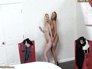Голые блондинка и брюнетка трахаются вчетвером со своим парнем дома