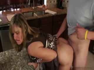 Порно видео инцеста мамы с сыном дома после ужина !