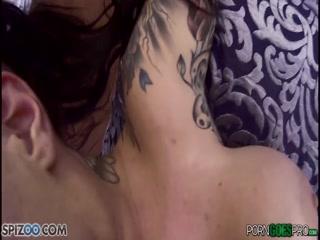 Мужик трахнул молодую девушку и кончил ей на попку после секса