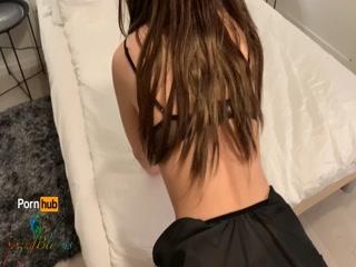 Молодая брюнетистая девушка трахается со своим клиентом
