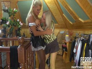 Русская мама соблазнила дочь, трахнув ее в пизду дома у нее
