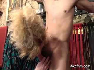 Мамаша с большими сиськами трахает сына в пизду