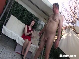 Мужик трахнул брюнетку в машине, а она ему отсосала хуй