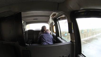 Сексуальная девушка с большими сиськами трахается на заднем сид