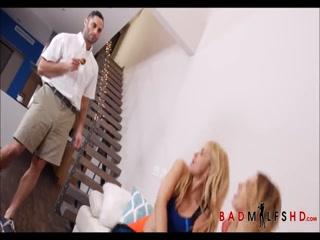 Секс молодой соседки со своим парнем в разных позах на кухне дома напротив