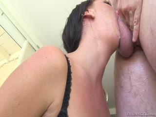 Смотреть порно кастинг с брюнеткой, которая любит секс со всеми подряд
