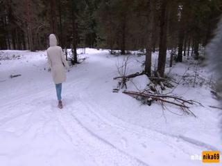 Русская девушка отдрочила хуй парню, а потом трахнулась со снегом за деньги