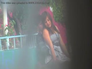 Парень трахает молодую девушку в парке и кончает ей прямо внутрь киски